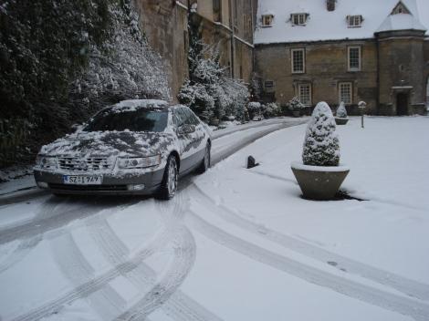 Mein Auto abreisefertig im Schnee. Vom THornbury Castle geht es weiter zum Cliveden Hotel. Eigenes Foto.