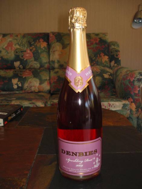In Deutschland offenbar nicht zu bekommen, darum habe ich mir eine Flasche Sparkling Wine direkt von Denbies mitgebracht. Eigenes Foto.