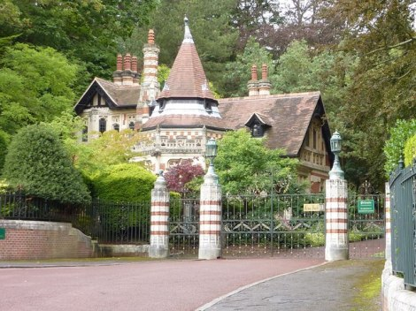 Das Eingangstor zum Friar Park.   © Copyright Ivan Hall and   licensed for reuse under this Creative Commons Licence.