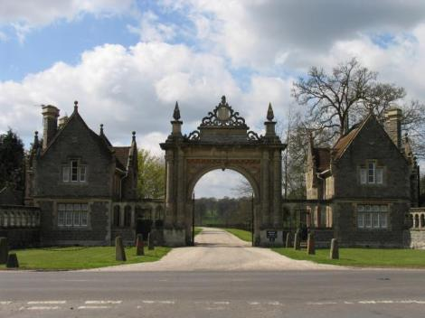 Die Einfahrt zum Englefield Estate.   © Copyright Pam Brophy and   licensed for reuse under this Creative Commons Licence.