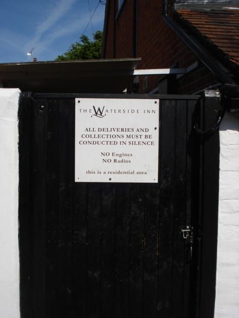 So soll es sein! In Bray herrscht Ruhe. Schild am berühmten Waterside Inn an der Themse. Eigenes Foto.