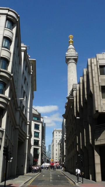"Pudding Lane heute; im Hintergrund ""The Monument to the Great Fire of London"".     © Copyright Peter Trimming and   licensed for reuse under this Creative Commons Licence."