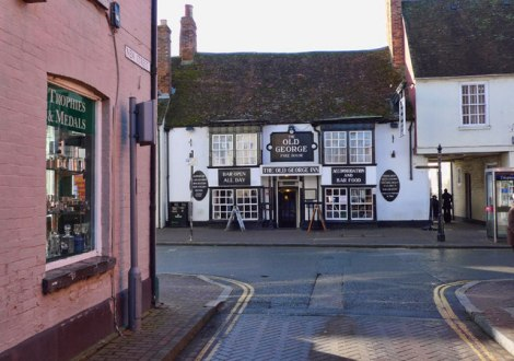 Hier sind Hunde sehr willkommen: The Old George in Stony Straford.  © Copyright Cameraman