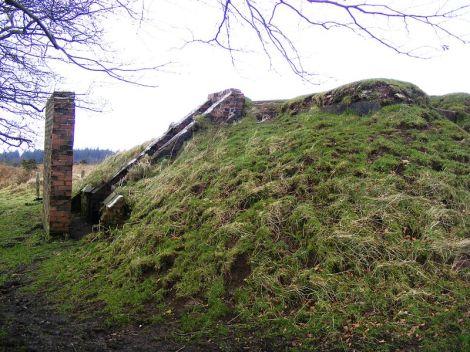 Überreste einer Bunkeranlage in den Mendip Hills.This photo is in the public domain.
