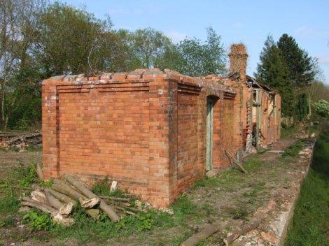 """Tumby Woodside Sation in Lincolnshire. Einder der in """"Slow train"""" erwähnten Bahnhöfe, der der Beecham Axe zum Opfer fiel-  © Copyright Dave Hitchborne"""