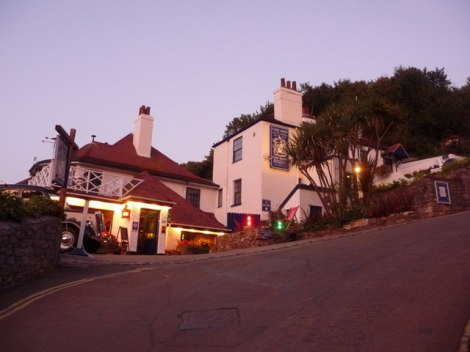 """The Cary Arms Hotel in Babbacombe (Devon). Unterhalb des Hotels stand das """"Mordhaus"""" The Glen.  © Copyright Chris Downer"""