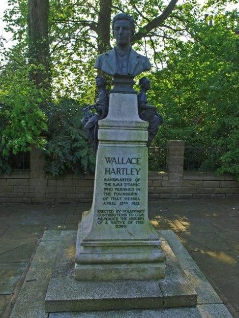 Das Denkmal Hartleys an der Albert Road.  © Copyright Steve Houldsworth