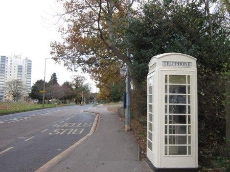 Eine cremefarbene Telefonzelle in Hull.  © Copyright Ian S