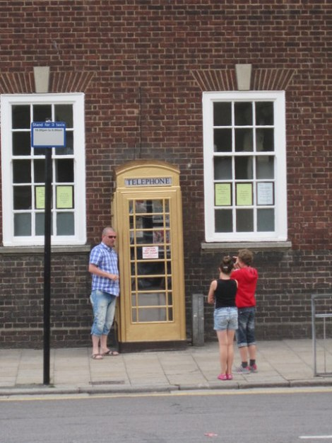 Die goldene Telefonzelle am Market Place in Hull.   © Copyright Ian S