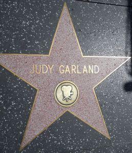 Ein Stern geht wieder auf: Judy Garland in den britischen Charts im April 2013. This work is released into the public domain by its copyright holder.