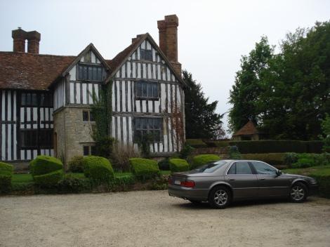 Mein Auto vor dem Long Crendon Manor, in Erwartung des Abschleppwagens. Eigenes Foto.
