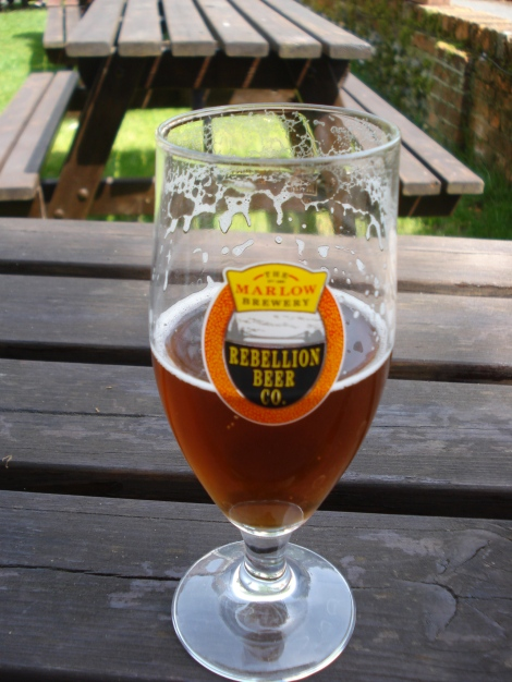 Mein Rebellion-Bier im Biergarten des Queen's Head in Little Marlow. Eigenes Foto.