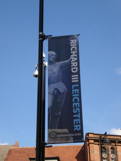 Überall im Stadtgebiet findet man diese Hinweise auf Richard III. Eigenes Foto.