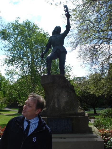 Richards Standbild in den Castle Gardens, erklärt von unserem Guide. Eigenes Foto.