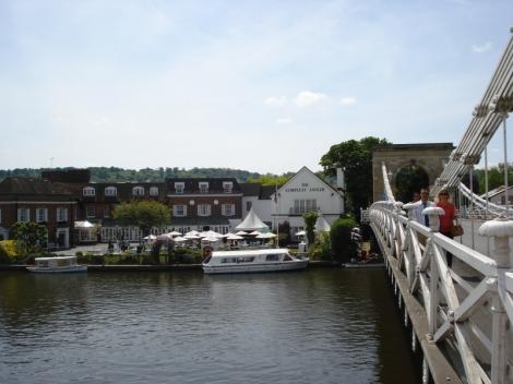 Blick von der Brücke zum Compleat Angler-Hotel. Eigenes Foto.