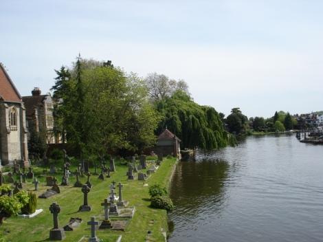 Der Friedhof der All Saints Church direkt neben der Brücke. Eigenes Foto.