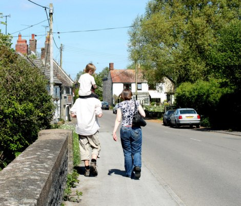 Die Sand Street in Longbridge Deverill (Wiltshire). Hier wohnte Joyce Porter.   © Copyright Maurice Pullin