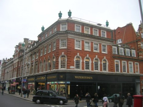 Waterstones in der High Street in Kensington.    © Copyright R Sones