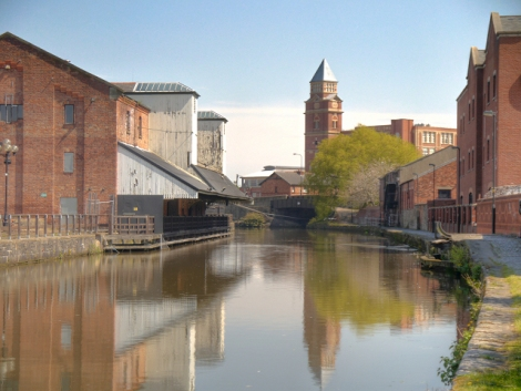 Der Leeds and Liverpool Canal in Wigan.    © Copyright David Dixon
