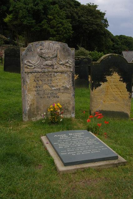 Der alte Grabstein und die neue Plakette auf dem Friedhof von St Mary's in Scarborough.   © Copyright Christopher Hilton