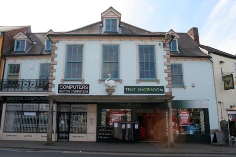 Der einst rote, jetzt weiße Schwan am Swan Porch Building in Melton Mowbray (Leicestershire).  © Copyright Kate Jewell