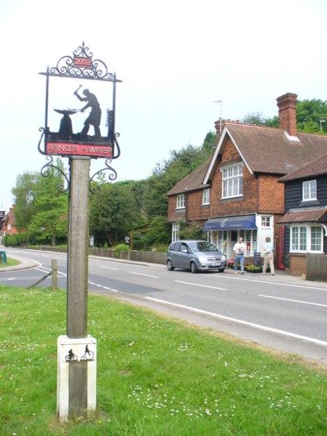 Auch das Village Sign von Abinger Hammer erinnert an das einst blühende Schmiedehandwerk im Ort.   © Copyright Colin Smith and   licensed for reuse under this Creative Commons Licence.