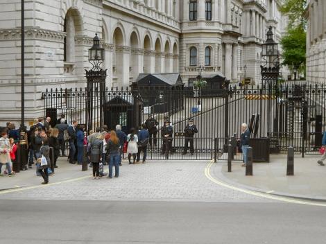 Seit Margaret Thatchers Regierungszeit ist No. 10 Downing Street duch Gittertore abgesperrt.   © Copyright David Dixon and   licensed for reuse under this Creative Commons Licence.