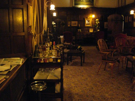 Lounge und Digestif-Wagen im Thornbury Castle Hotel. Eigenes Foto.
