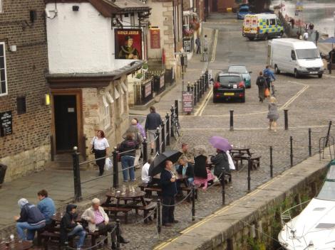 Auch bei Regen werden die Picknicktische vor dem Kings Arms in York gern genutzt. Eigenes Foto.