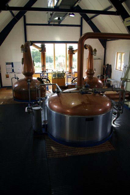 Das Innere der St George's Distillery.    © Copyright James Yardley and   licensed for reuse under this Creative Commons Licence.