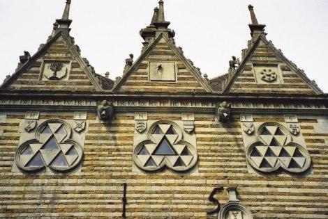Die Giebel und die Dreipässe der Triangular Lodge.   © Copyright Chris Downer and   licensed for reuse under this Creative Commons Licence.