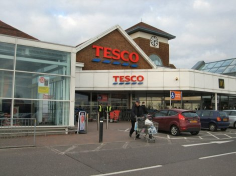 Auch sonntags geöffnet, eine Tesco-Filiale in Kingston-by-Sea (West Sussex).    © Copyright Paul Gillett and   licensed for reuse under this Creative Commons Licence.