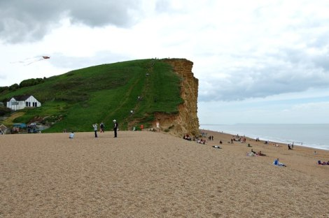 Hier am Fuße des East Cliffs in West Bay wird die Leiche von Danny Latimer gefunden.    © Copyright John Myers and   licensed for reuse under this Creative Commons Licence.