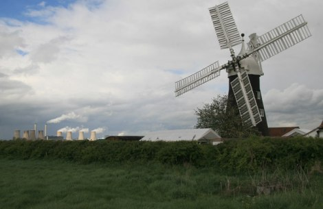 Die North Leverton Windmill. Im Hintergrund die West Burton Power Station.   © Copyright Chris Allen and   licensed for reuse under this Creative Commons Licence.