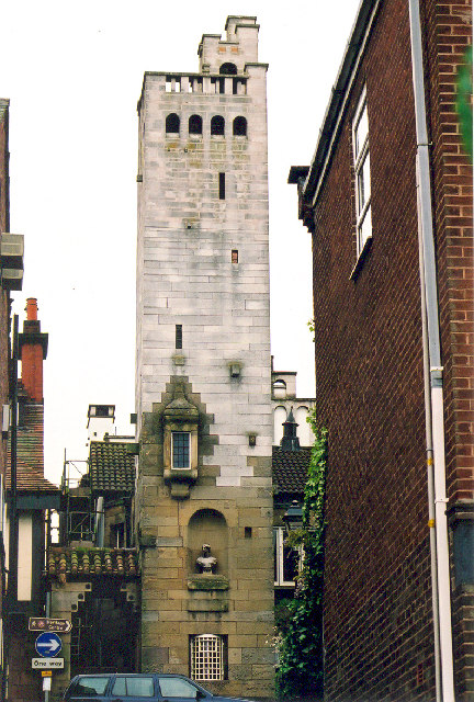 Der Gaskell Memorial Tower in der King Street.    © Copyright Marion Dutcher and   licensed for reuse under this Creative Commons Licence.