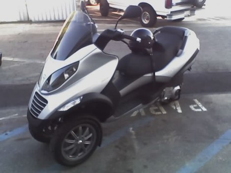 Ein Piaggio MP3-Motorroller. This image is released into the public domain