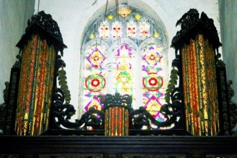 Die Orgel und ein Kirchenfenster von St John the Baptist.   © Copyright James Yardley and   licensed for reuse under this Creative Commons Licence.