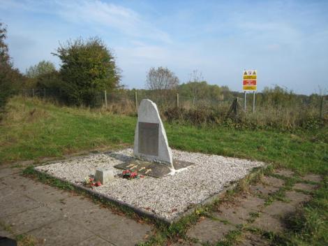 Der Gedenkstein für die Opfer des Explosionsunglücks am Rande des Kraters.   © Copyright David Stowell and   licensed for reuse under this Creative Commons Licence.