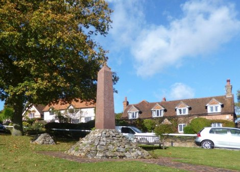 "Latimers Village Green. Vorn das Denkmal für die im Burenkrieg Gefallenen, links davon ""Pferdeherz-Monument"".    © Copyright Des Blenkinsopp and   licensed for reuse under this Creative Commons Licence."