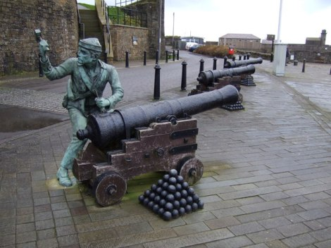 Im Hafen von Whitehaven erinnert diese Statue an den Angriff auf die Stadt im Jahr 1778.   © Copyright JThomas and   licensed for reuse under this Creative Commons Licence.