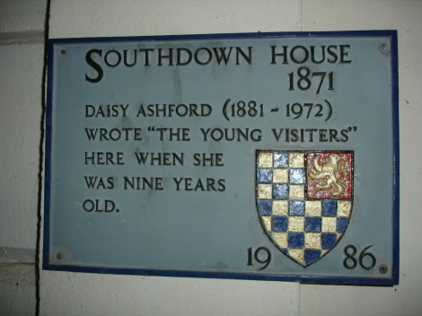 Plakette am Southdown House in Lewes, in dem Daisy Ashford als Kind ihren Roman schrieb. Photographer: Simon Harriyott.  Creative Commons Attribution 2.0 Generic