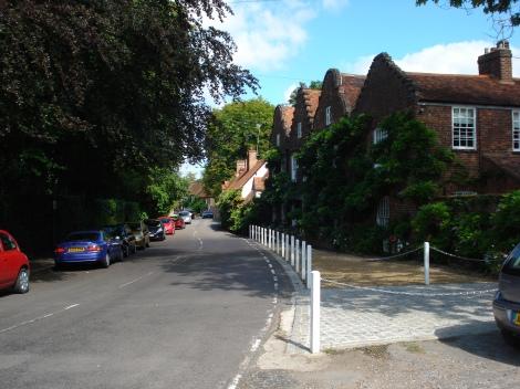 Rechts auf dem Bild das Haus von Sir John Mills an der High Street in Denham (Buckinghamshire). Eigenes Foto.