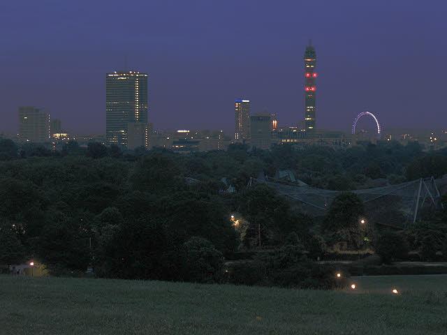 ...und noch einmal ein Blick vom Hügel auf die Stadt bei Nacht.  © Copyright Stephen Craven and licensed for reuse under this Creative Commons Licence.