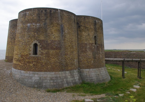 Der Martello Tower von Aldeburgh (Suffolk).    © Copyright Ian Taylor and   licensed for reuse under this Creative Commons Licence.