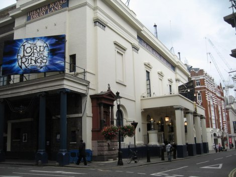 ...und hier endete sie, vor dem Theatre Royal, Drury Lane in London.    © Copyright Sue Adair and   licensed for reuse under this Creative Commons Licence.