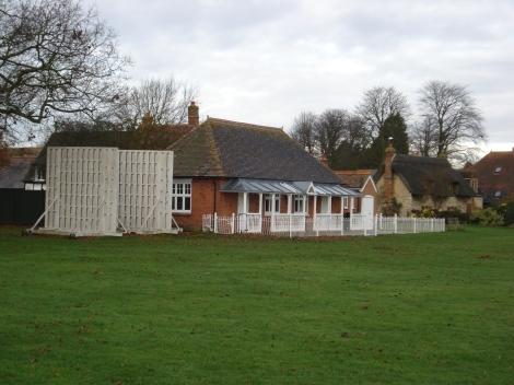 Das Clubhaus des Warborough und Shillingford Cricket Clubs auf dem Village Green von Warborough. Eigenes Foto.