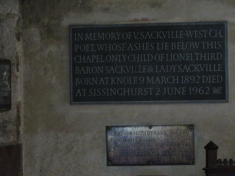Die Vita Sackville-West Plakette an der Kirchenwand. Eigenes Foto.