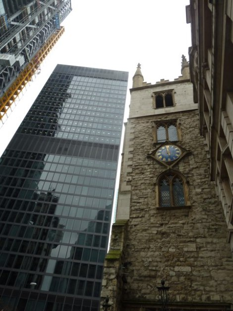 Eingezwängt zwischen den rieisigen Glaskästen bleibt St AndreW's Undershaft kaum Platz zum Atmen.    © Copyright Basher Eyre and   licensed for reuse under this Creative Commons Licence.
