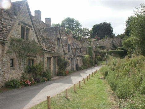 Auch an den Häusern der Arlington Row in Bibury (Gloucestershire) biss sich Henry Ford die Zähne aus.   © Copyright Katy Walters and   licensed for reuse under this Creative Commons Licence.