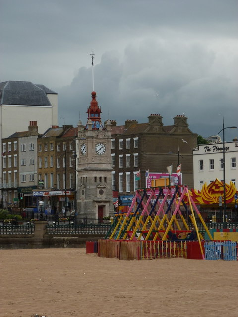 Strand und Amüsement in Margate.   © Copyright Chris Downer and   licensed for reuse under this Creative Commons Licence.
